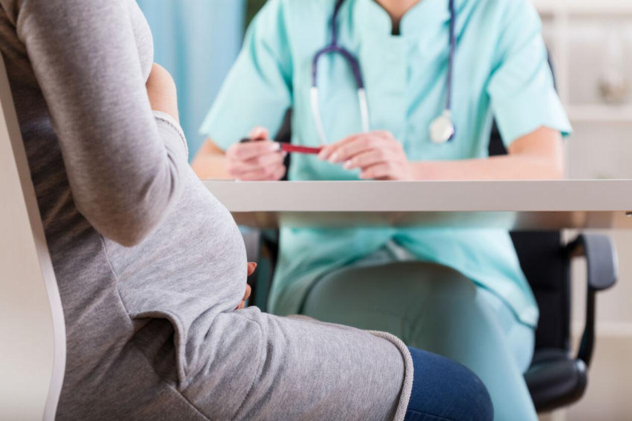 Kobieta w ciąży w czasie wizyty u lekarza