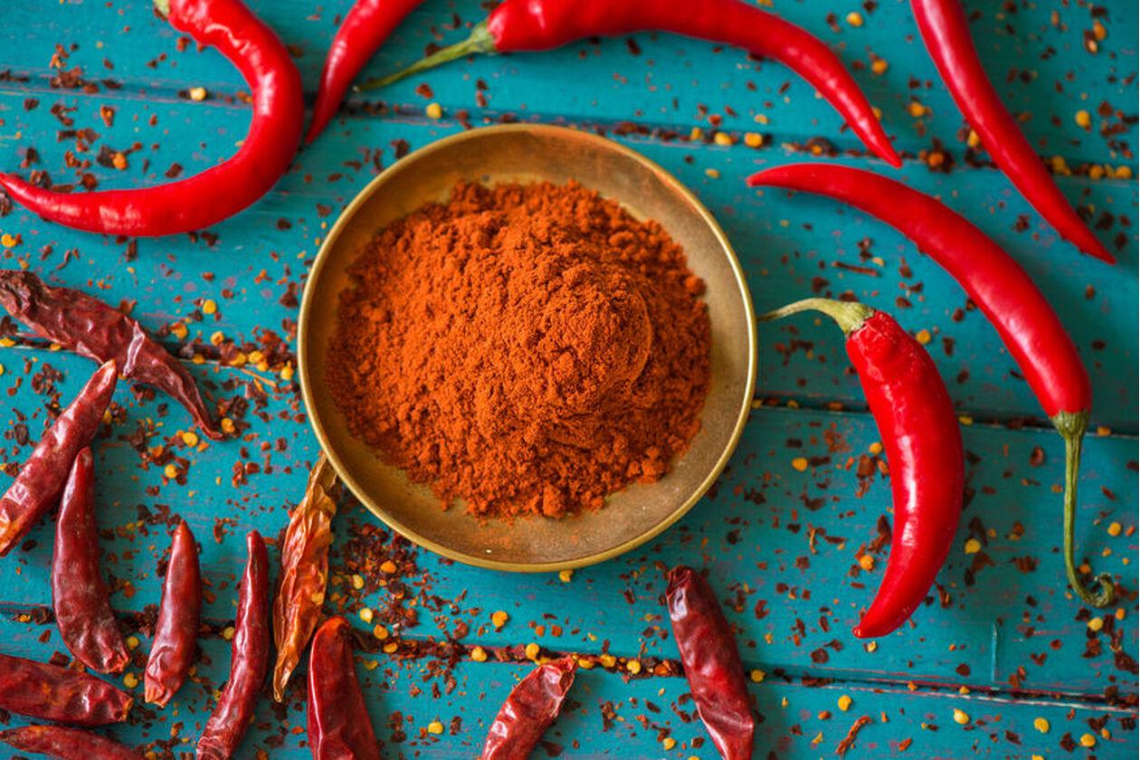 Papryczki chili i przyprawa chili w miseczce