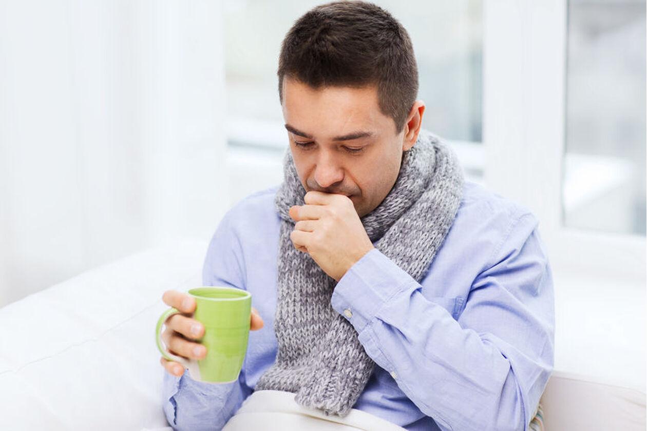 Mężczyzna zażywa lek z karbocysteiną