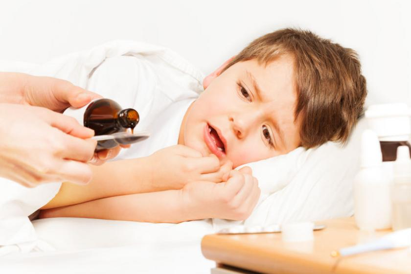 Mama podaje dziecku lek z paracetamolem