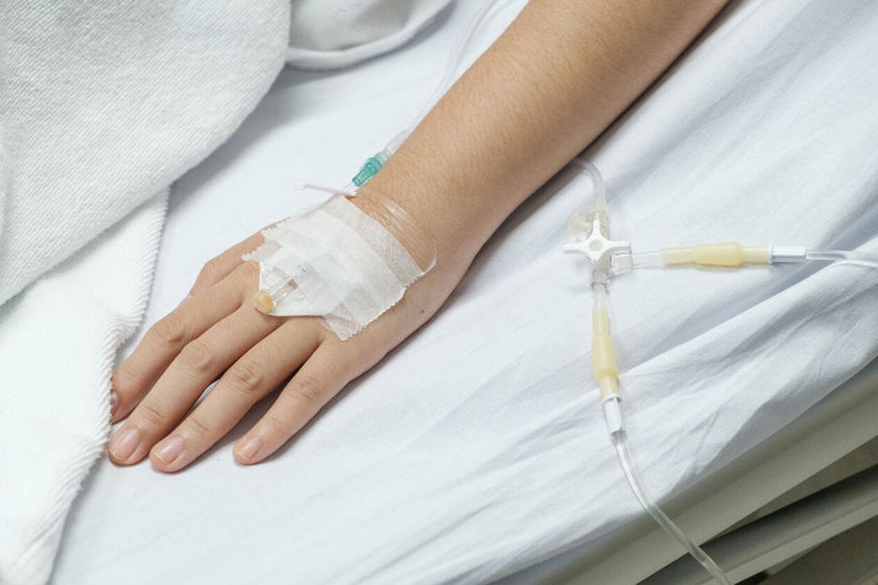 Ręka z założonym wenflonem
