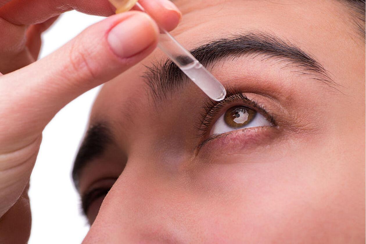Zakraplanie oczu kroplami z atropiną