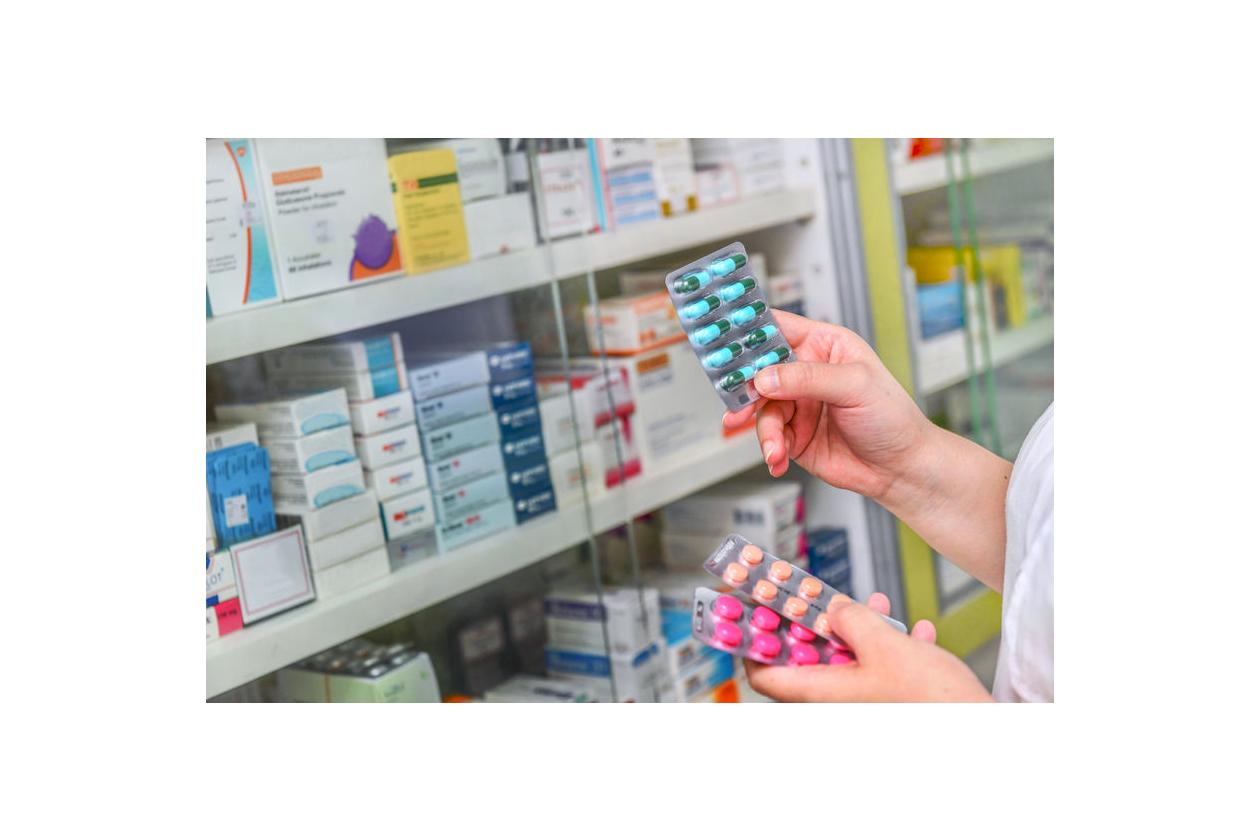 Farmaceuta trzyma tabletki z azytromycyną