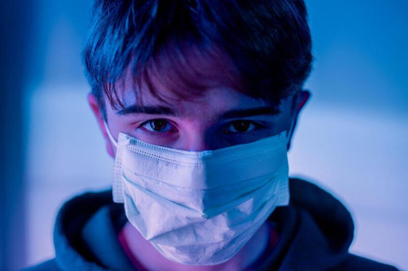Pacjent z maseczką przeciwzakaźną
