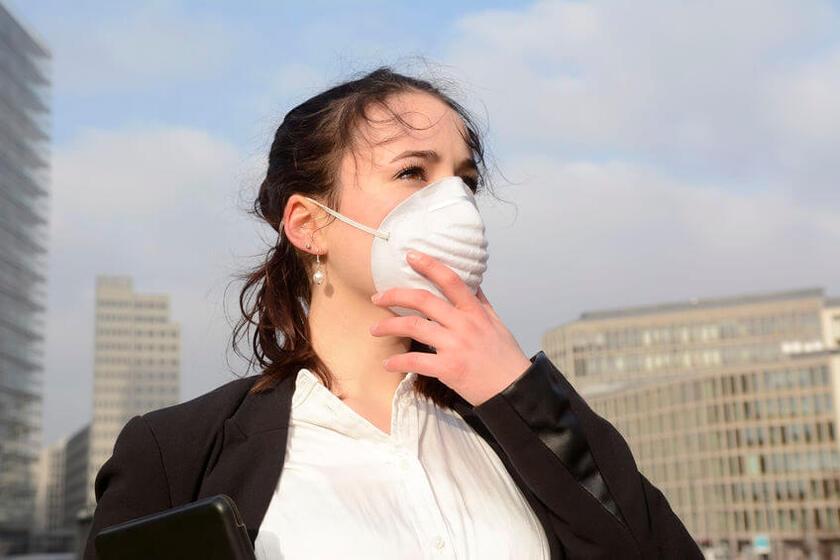 Kobieta z maska ochronną
