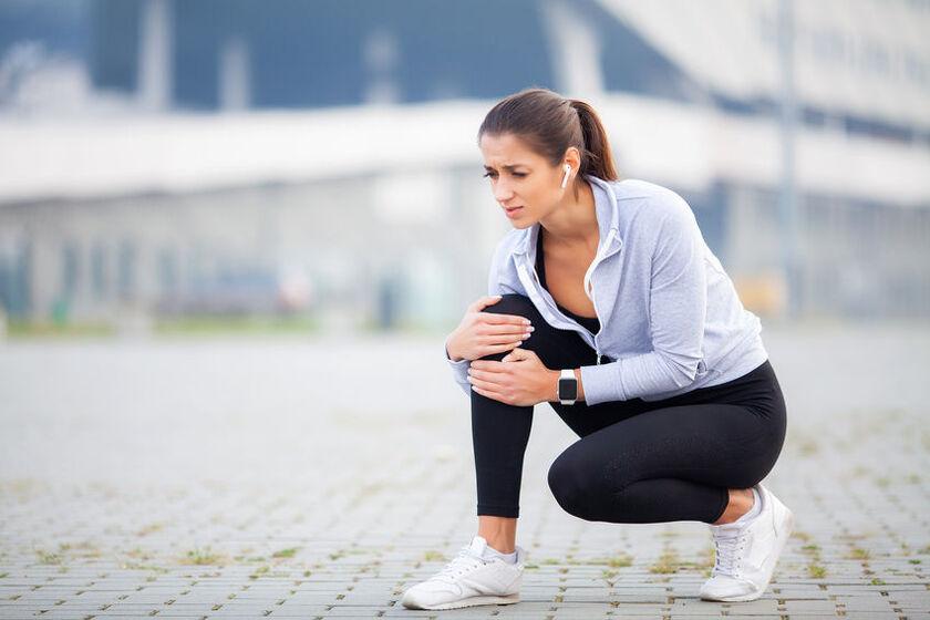kobietę boli kolano podczas treningu