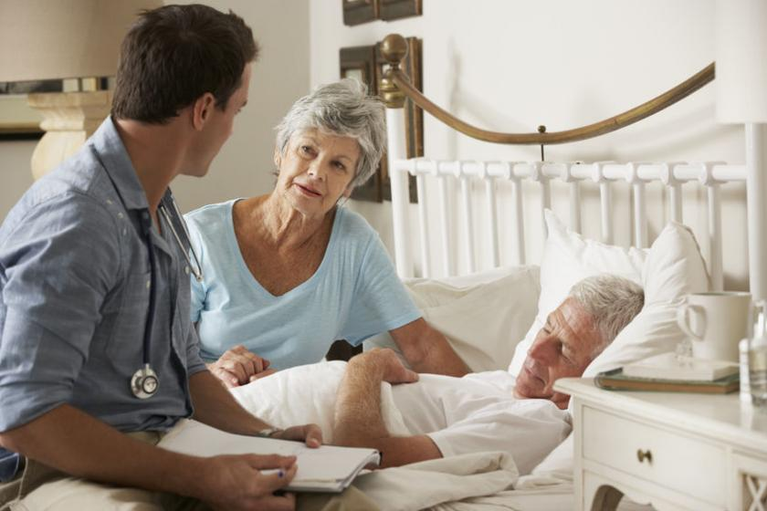 Lekarz i żona opiekują się chorym mężczyzną