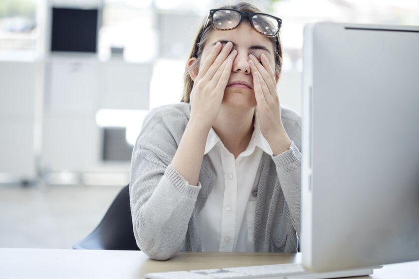 Kobieta przecierająca oczy ze zmęczenia