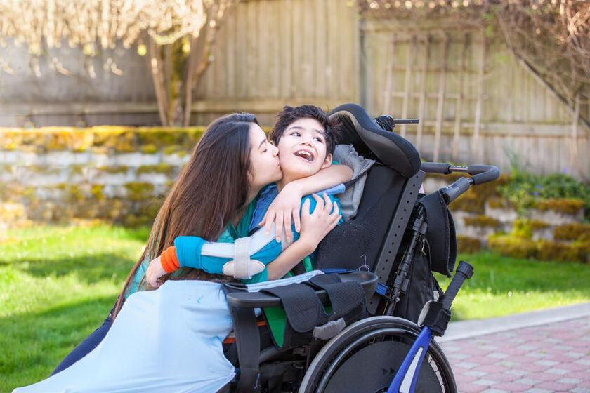 Mama z synem cierpiącym na mózgowe porażenie dziecięce