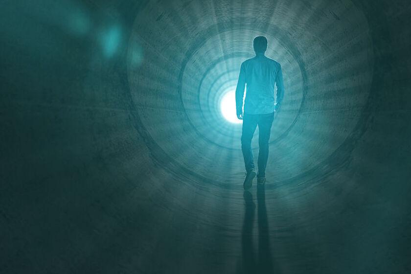 Mężczyzna w tunelu