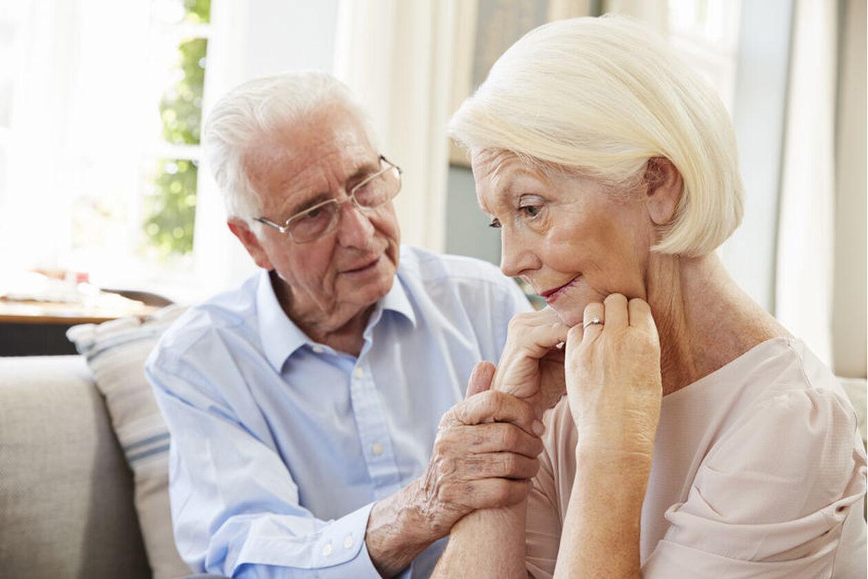 Starsza kobieta cierpiąca na otępienie