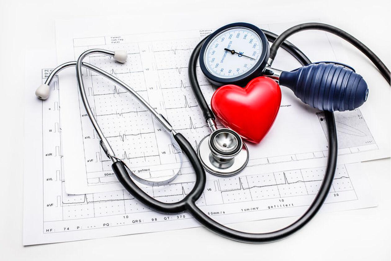Wykres z badania EKG i ciśnieniomierz