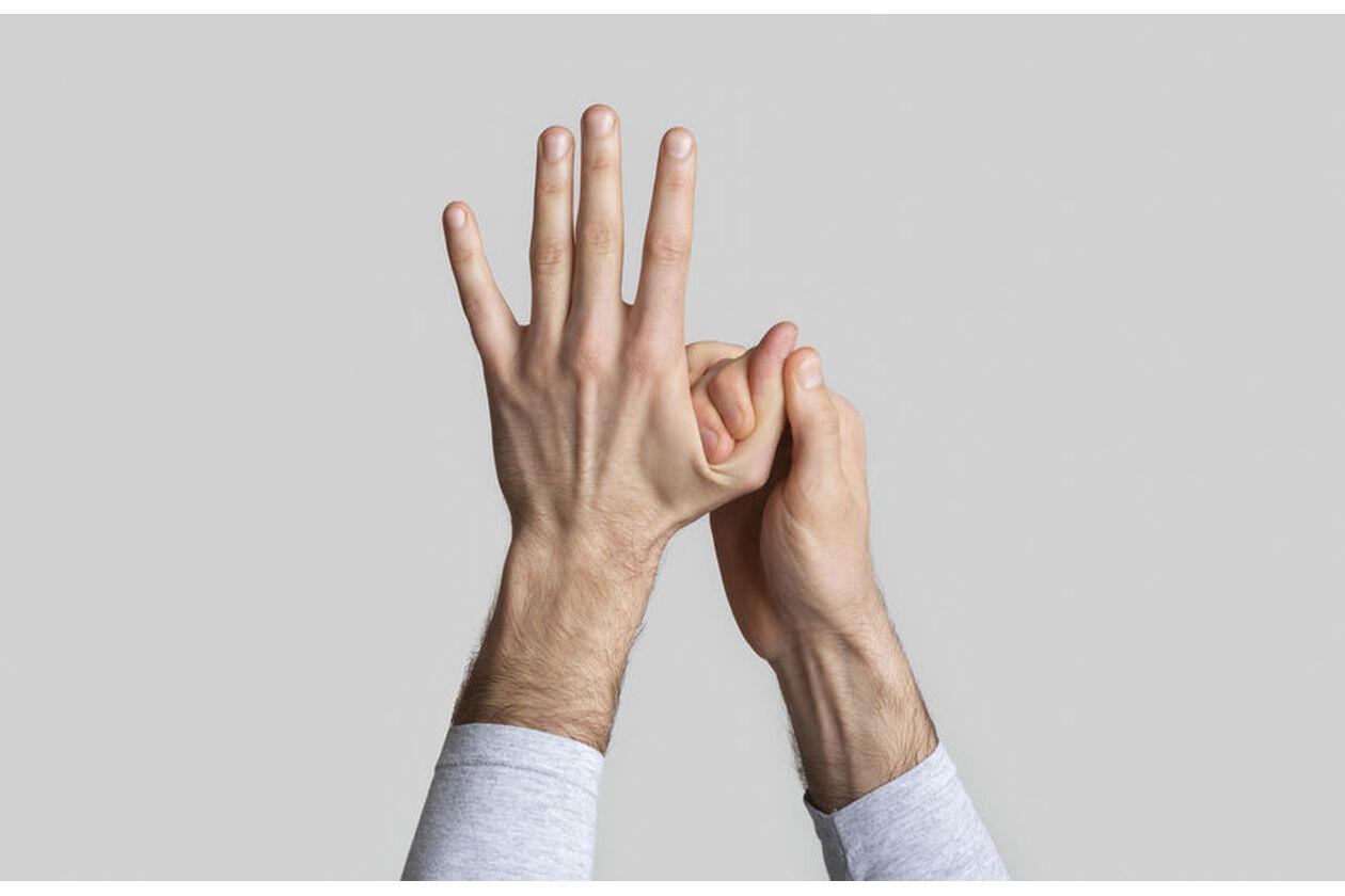 Mężczyzna pokazuje wybity palec