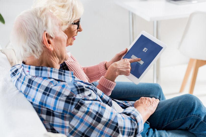 Seniorzy zakładająkonto na Facebooku