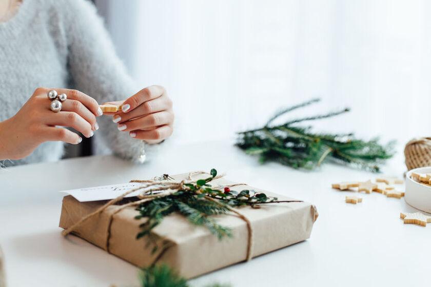 Kobieta pakuje eko prezent