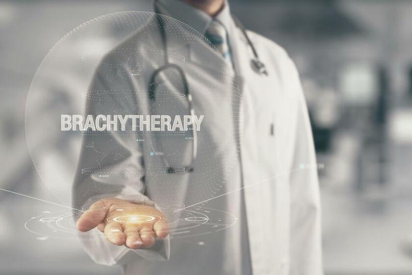 Lekarz w fartuchu i napis brachyterapia