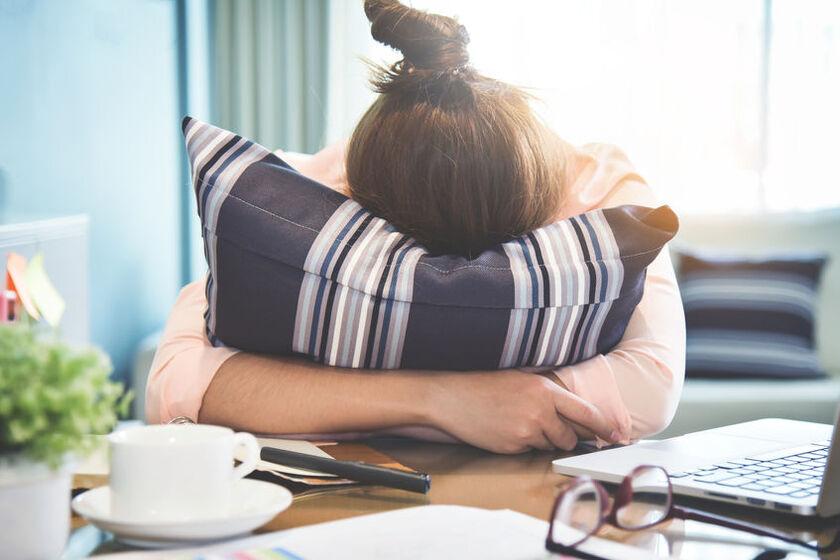 Kobieta cierpiąca z powodu bólu głowy
