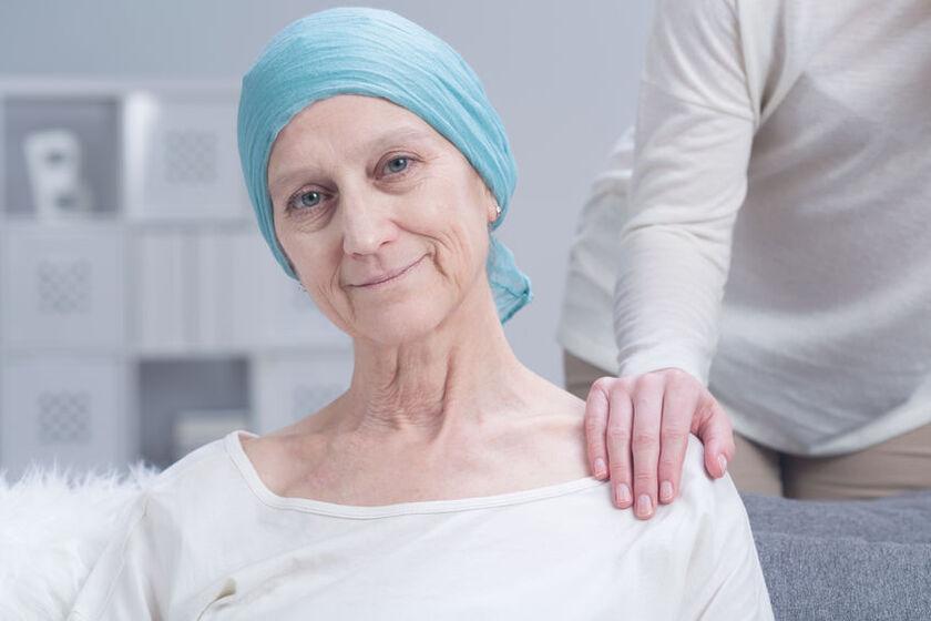 Kobieta w chustce po chemioterapii