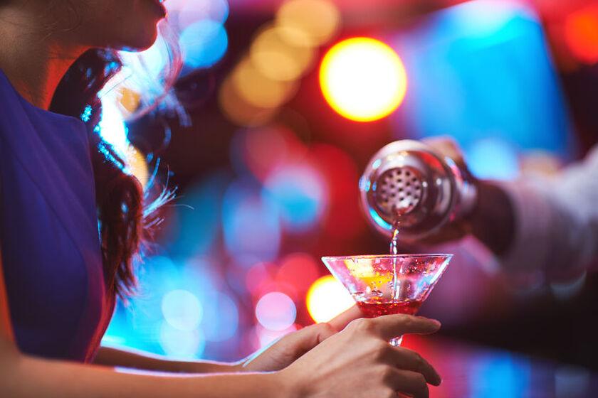 Kobieta pije drinka w klubie
