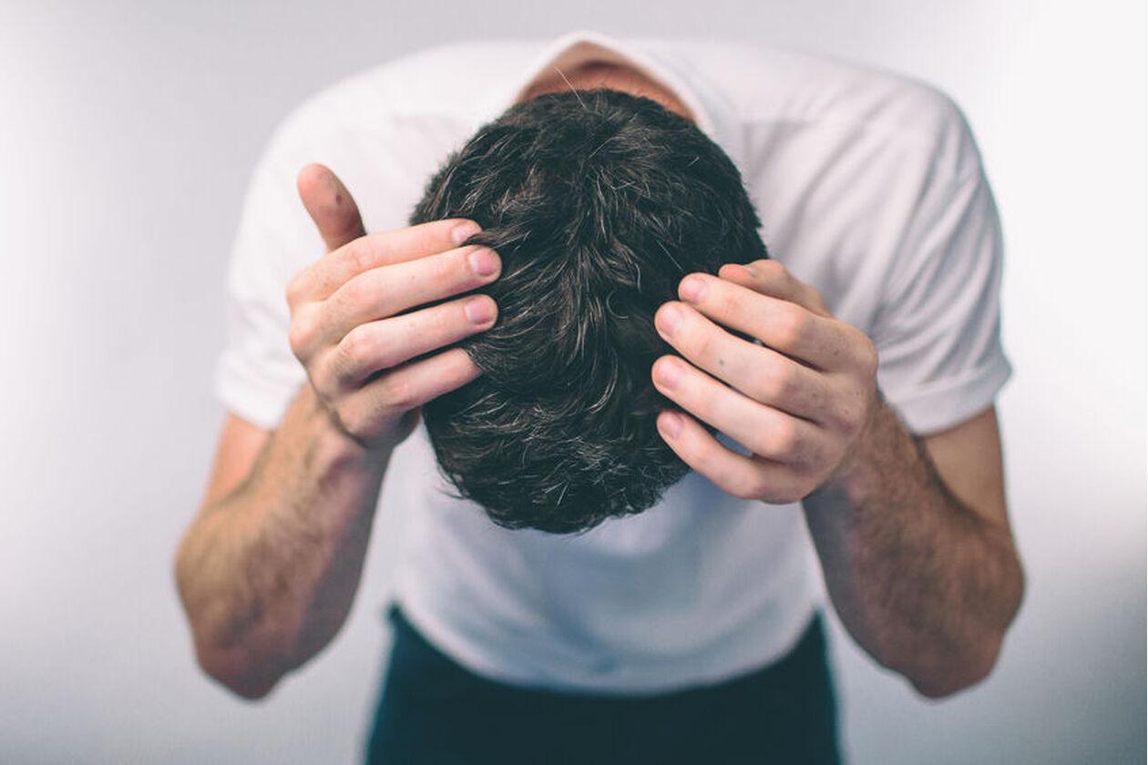 Mężczyzna pokazuje krosty na głowie