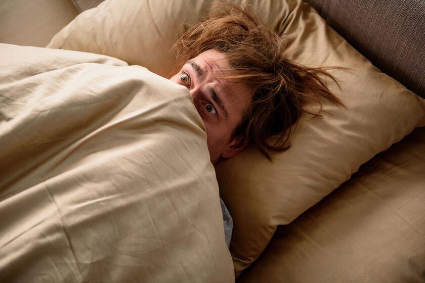 Mężczyzna odczuwający wielki strach przed zaśnięciem