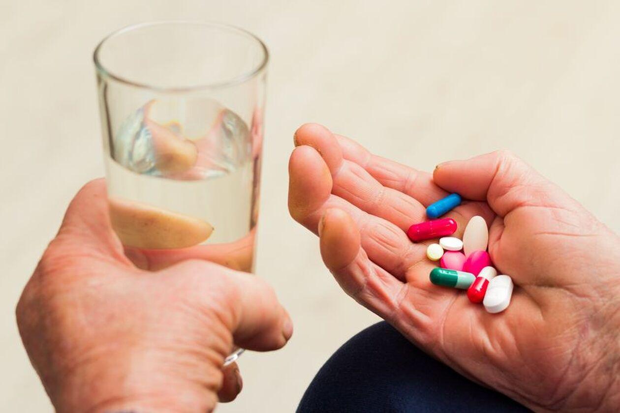 Senior zażywa leki
