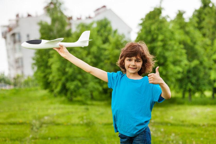 Dziecko z samolotem w ręku