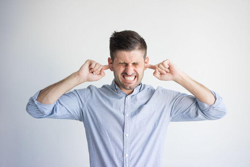 Pacjent cierpiący z powodu choroby ucha