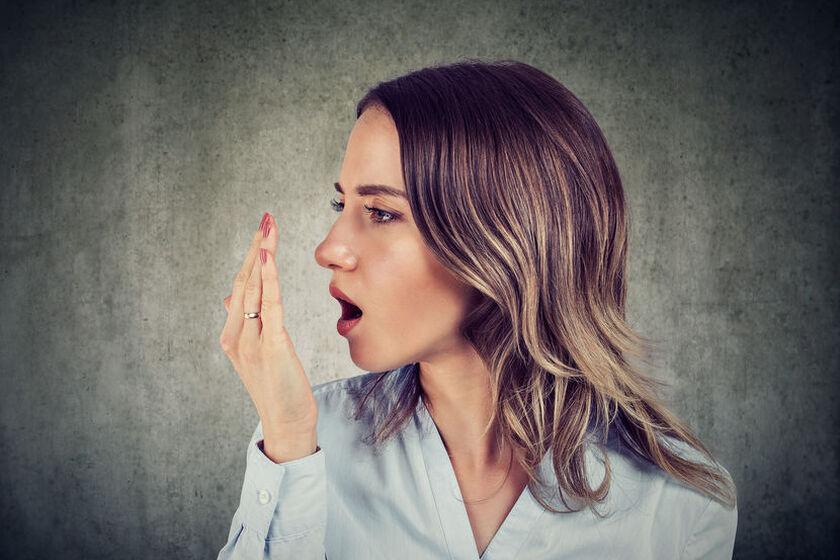 Kobieta borykająca się z nieprzyjemnych zapachem z ust