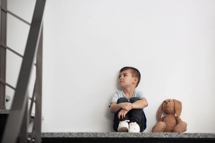 Smutne dziecko z powodu braku miłości