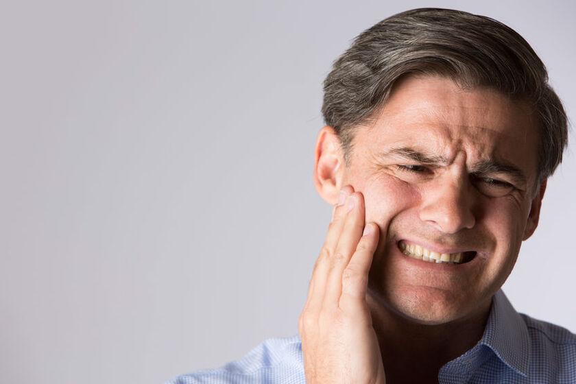 Mężczyzna z opuchlizną od zęba