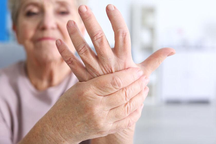 Kobietę bolą dłonie