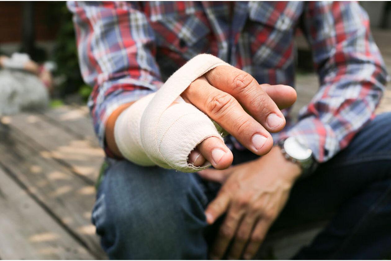 Mężczyzna ze złamanym palcem