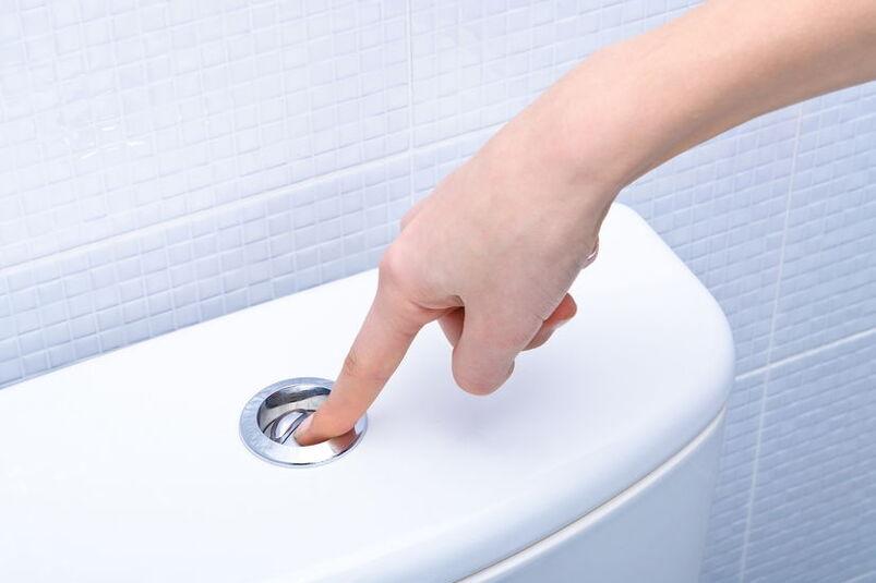Kobieta spuszcza wodę w toalecie