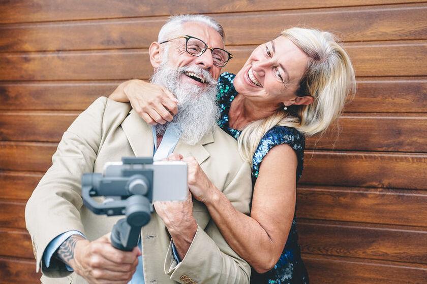 Seniorzy nagrywają film smartfonem