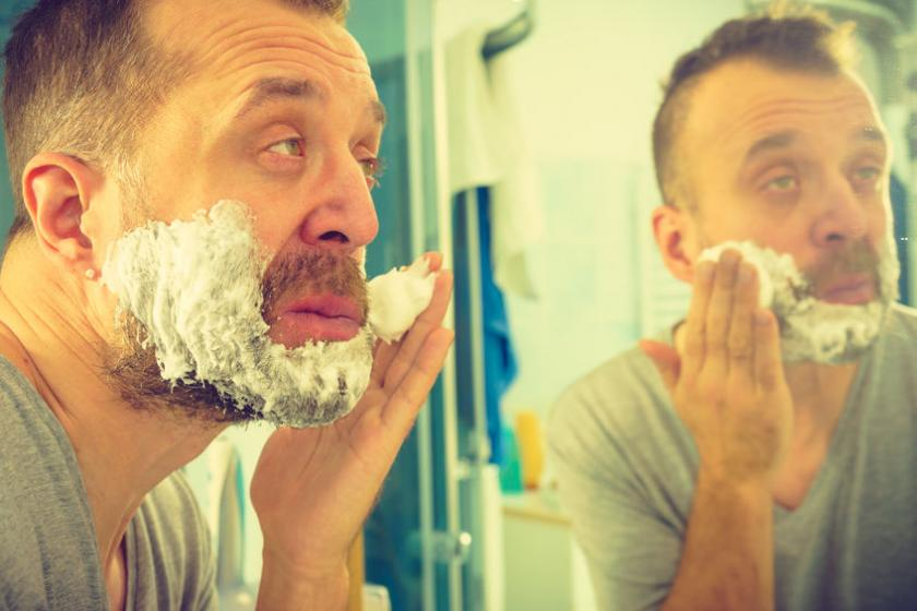 Mężczyzna z problemem podrażnionej skóry po goleniu