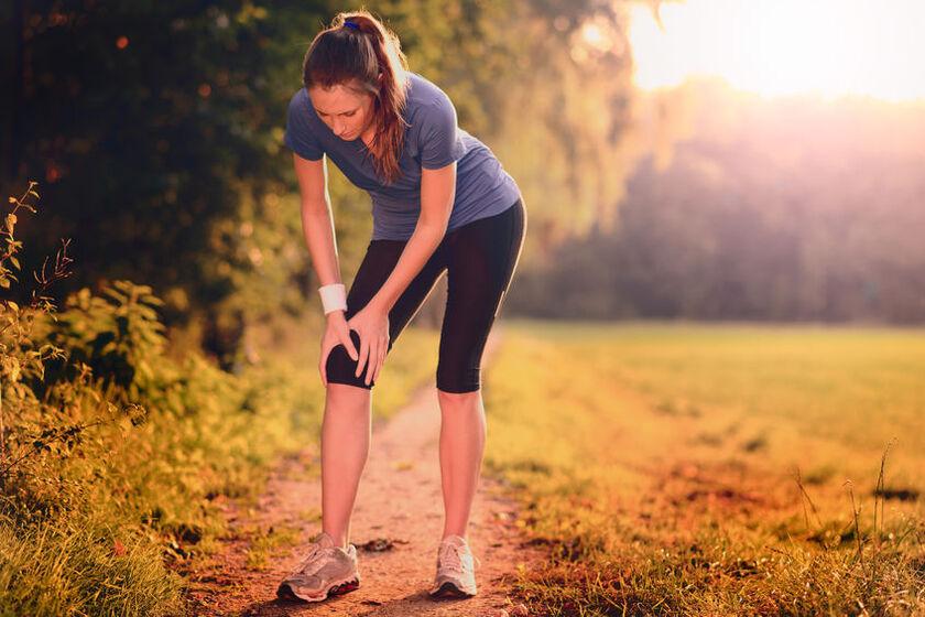 Kobietę boli kolano podczas biegania
