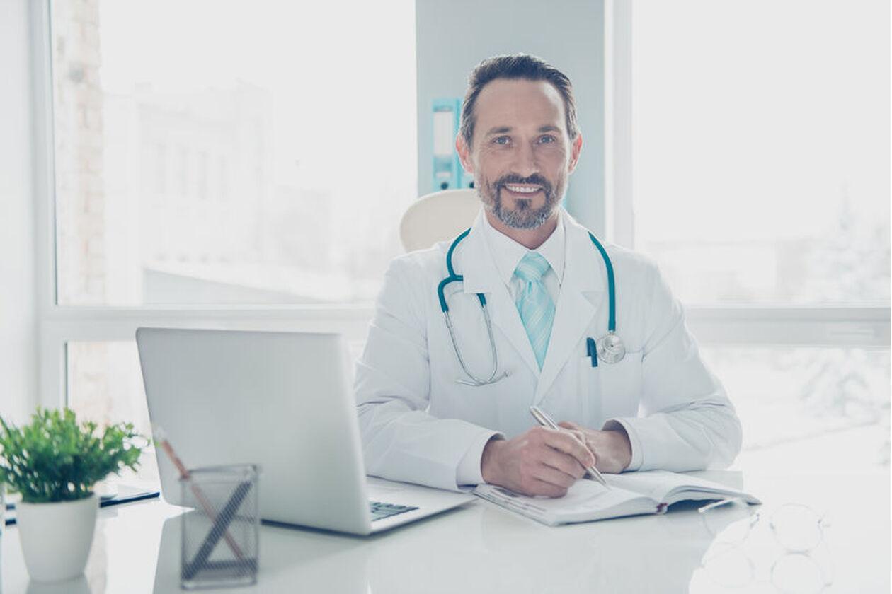 Uśmiechnięty lekarz