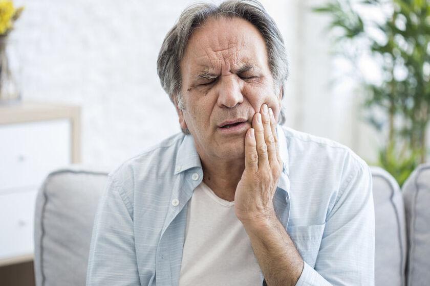 mężczyzna z bólem z jamie ustnej