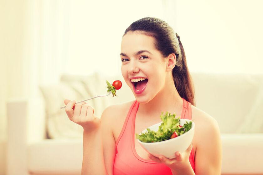 Kobieta zdrowo sie odżywia