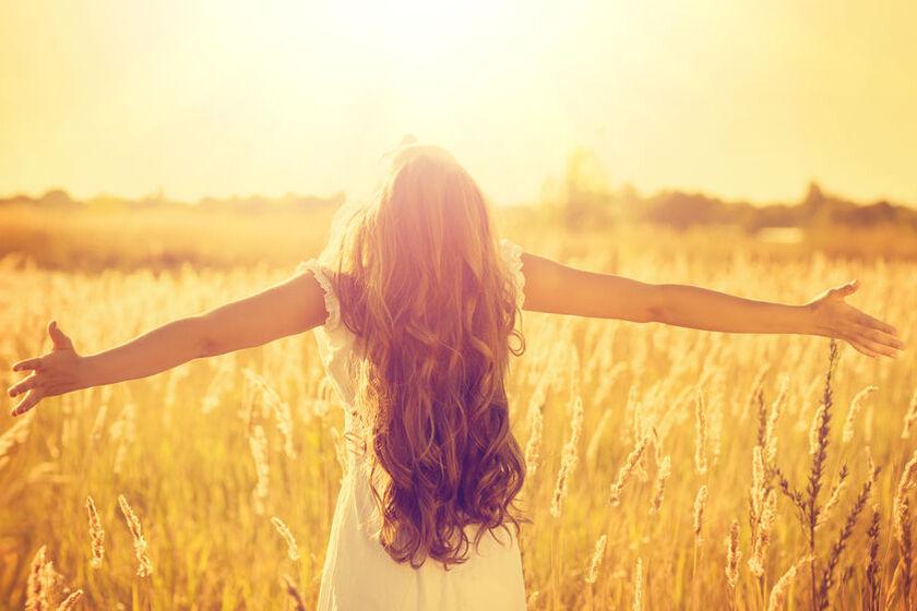 Kobieta napawa się słońcem