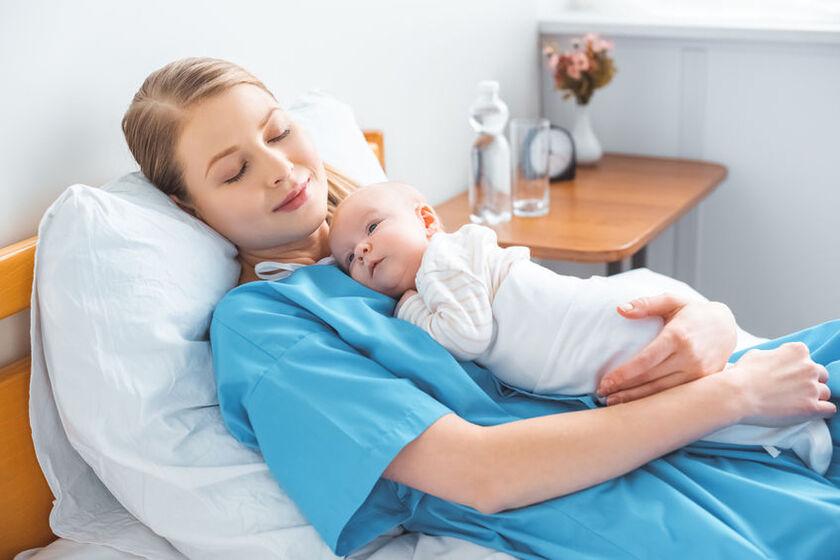 Kobieta na porodówce z dzieckiem
