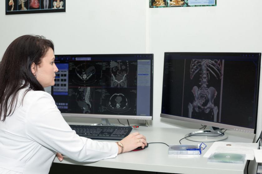 Radiolog ogląda zdjęcia RTG