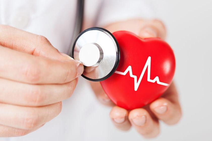Lekarz trzyma stetoskop przy modelu serca