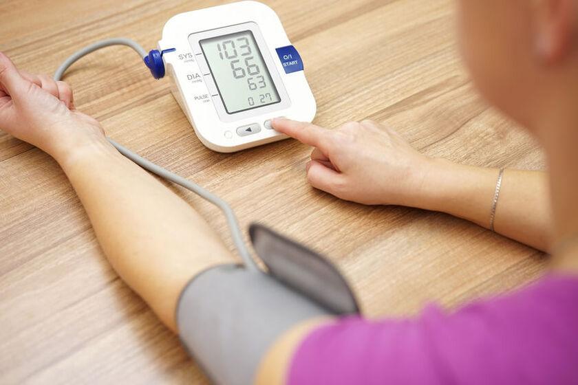 Kobieta mierzy ciśnienie tętnicze