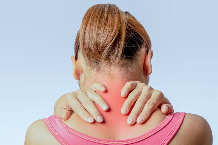 Kobieta odczuwa ból karku