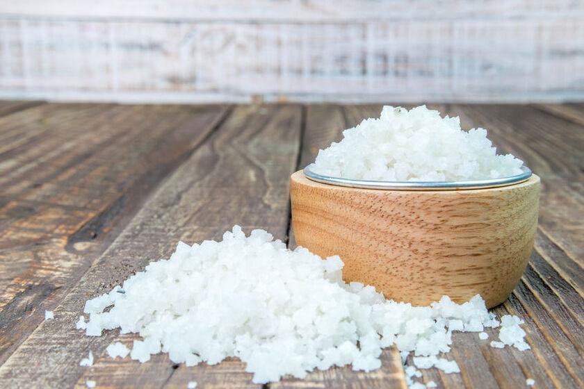 Sól gorzka w drewnianej miseczce