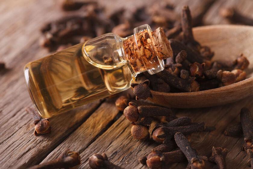 Goździki w drewnianej miseczce i olejek