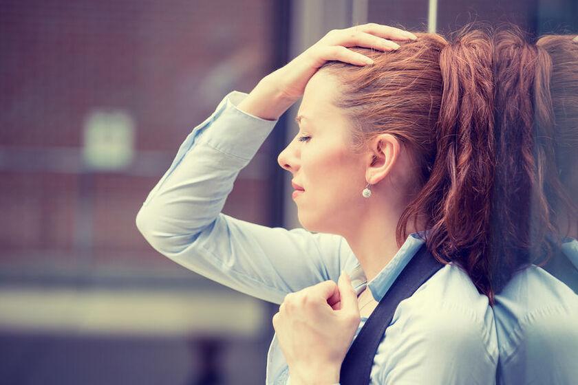 Kobieta odczuwa kłucie w głowie