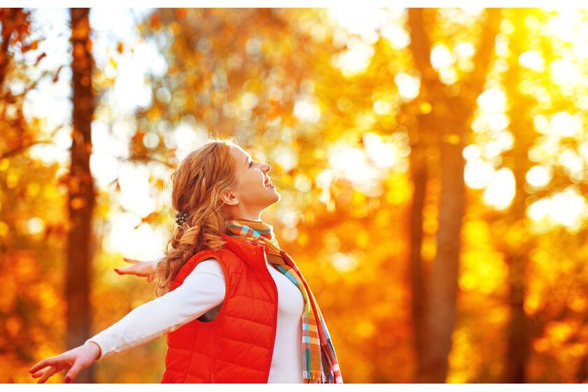 Kobieta w lesie jesienią